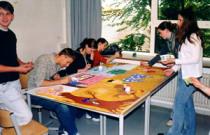Schüler helfen Schülern bei den schulischen Aufgaben